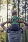 Imagem retro de uma mãe que anda com seu filho do bebê Foto de Stock Royalty Free