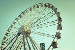 Imagem retro do estilo de uma roda de ferris contra o céu azul imagens de stock royalty free