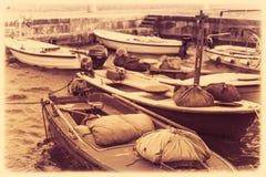 Imagem retro do vintage dos barcos no porto imagens de stock royalty free
