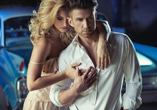 Imagem romântica dos pares novos loving