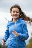 Imagem running da menina/mulher que poderia ser usada para vender produtos e serviços onde o foco é conceitos do negócio >> objet Fotografia de Stock