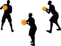 imagem - silhueta do jogador de basquetebol na pose da passagem, isolada no fundo branco ilustração stock