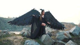 Imagem sombrio, rainha preta da escurid?o que esperam seu ex?rcito impressionante, menina do corvo com as asas fortes grandes e a filme