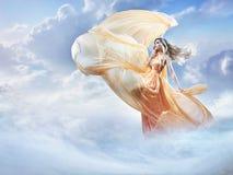 Imagem sonhadora de uma jovem senhora bonita nas nuvens foto de stock royalty free