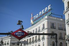 Imagem típica do Madri em Plaza de Solenoide com estação de anúncio conhecida do tipo e de metro foto de stock