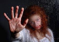 Imagem temático do horror com sangramento da mulher de Freightened foto de stock royalty free