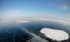 Imagem tomada pela câmera da ação lente do Peixe-olho Panorama do gelo congelado do Lago Baikal Imagem de Stock Royalty Free