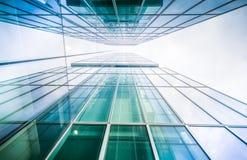 Imagem tonificada do prédio de escritórios moderno, opinião do lado de baixo Imagem de Stock