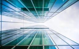 Imagem tonificada do prédio de escritórios moderno, opinião do lado de baixo Foto de Stock Royalty Free