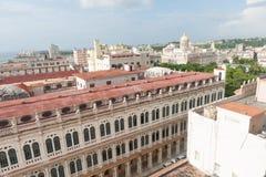 Imagem triste de construções coloniais dilapidadas de Havana foto de stock royalty free