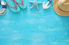 Imagem tropical do curso das férias e do verão com objetos do estilo de vida marinha Vista superior foto de stock