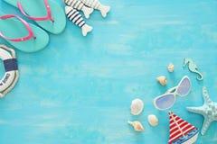 Imagem tropical do curso das férias e do verão com objetos do estilo de vida marinha Vista superior fotografia de stock royalty free