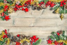 Imagem vermelha do vintage das decorações do ouro dos ramos de árvore do Natal fotos de stock royalty free