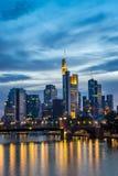 Imagem vertical da skyline iluminada de Francoforte na noite Imagens de Stock