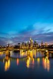 Imagem vertical da skyline iluminada de Francoforte na noite Fotografia de Stock Royalty Free