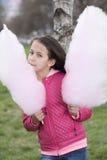 Imagem vertical de uma menina com algodão doce Imagens de Stock