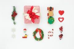 Imagen aérea de la endecha plana de decoraciones y de la Feliz Navidad de los ornamentos y de la Feliz Año Nuevo Imagen de archivo libre de regalías