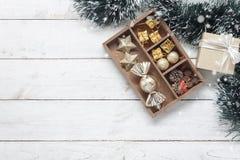 Imagen aérea de la endecha plana de la estación del invierno de la decoración en estante de madera con el ornamento festivo Fotografía de archivo libre de regalías