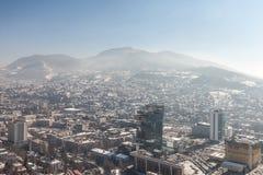 Imagen aérea de la más nueva parte de Sarajevo durante un día de invierno de la nieve Las torres y Holiday Inn de Unitic están en Fotografía de archivo libre de regalías