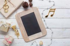 Imagen aérea de la opinión de sobremesa de la Feliz Navidad de la nota y de la decoración de la música y de la Feliz Año Nuevo Fotografía de archivo libre de regalías