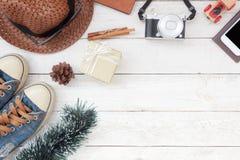 Imagen aérea de la opinión de sobremesa de los accesorios a viajar en viaje de la Feliz Navidad y de la Feliz Año Nuevo Fotos de archivo