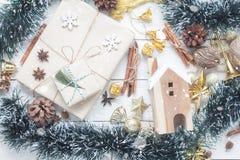 Imagen aérea de la opinión de sobremesa de ornamentos y de la Feliz Navidad de las decoraciones Imagenes de archivo