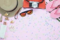 Imagen aérea de la opinión de sobremesa de la ropa de la mujer para la playa del viaje o del mar en concepto del fondo de la esta Foto de archivo