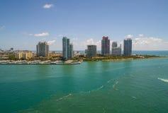 Imagen aérea de los condominios de la entrada y del highrise de Miami Beach Imagenes de archivo