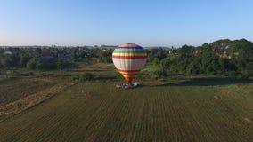 Imagen aérea de un globo del aire caliente que se prepara para el vuelo almacen de metraje de vídeo