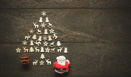 Imagen aérea del árbol de navidad de la composición del arreglo por hecho a mano con las decoraciones y los ornamentos Muchos obj Fotografía de archivo libre de regalías