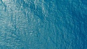 Imagen aérea del abejón del agua clara azul profunda del océano del mar con la pequeña rueda de las ondas foto de archivo libre de regalías