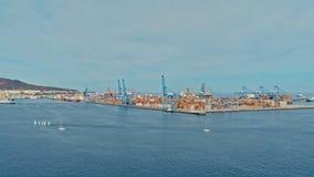 imagen aérea del abejón del puerto con los envases numerosos llenados para arriba al lado de la American National Standard de las fotografía de archivo