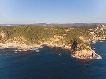 Imagen aérea del paisaje de Costa Brava español en un día soleado, cerca de la ciudad Palamos imagen de archivo libre de regalías