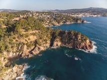 Imagen aérea del paisaje de Costa Brava español en un día soleado, cerca de la ciudad Palamos imágenes de archivo libres de regalías