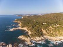 Imagen aérea del paisaje de Costa Brava español en un día soleado, cerca de la ciudad Palamos imagen de archivo