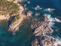Imagen aérea del paisaje de Costa Brava español en un día soleado, cerca de la ciudad Palamos foto de archivo