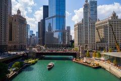 Imagen aérea el río Chicago y torre del triunfo imagen de archivo libre de regalías