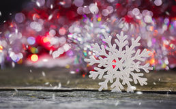 Imagen abstracta de copos de nieve en un fondo de madera Fotos de archivo libres de regalías