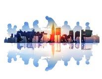 Imagen abstracta de la reunión de negocios en un paisaje urbano foto de archivo