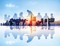 Imagen abstracta de la reunión de negocios en un paisaje urbano imagenes de archivo