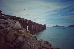 Imagen abstracta del vintage del camino en el mar con el cielo azul fotos de archivo