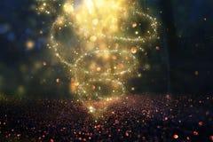 Imagen abstracta y mágica del vuelo de la luciérnaga del brillo en el concepto del cuento de hadas del bosque de la noche imagen de archivo
