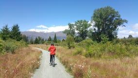 Imagen activa de la forma de vida de la bicicleta del montar a caballo de la muchacha imagen de archivo libre de regalías