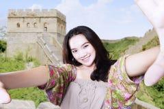 Imagen adolescente del selfie de las tomas en la Gran Muralla Foto de archivo libre de regalías