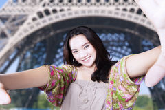Imagen adolescente del selfie de las tomas en la torre Eiffel Fotografía de archivo