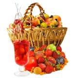 Imagen aislada de la fruta en primer de la cesta y del cóctel Imagen de archivo libre de regalías