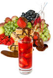 Imagen aislada de un cóctel de la fresa y de un diverso primer de las verduras Fotografía de archivo