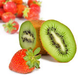 Imagen aislada del kiwi y de fresas en un fondo blanco Fotos de archivo libres de regalías