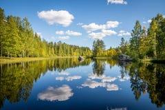 Imagen armoniosa de un lago tranquilo Imágenes de archivo libres de regalías