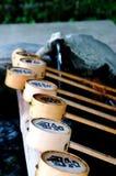 Imagen ascendente cercana de algunas cucharones de bambú en la capilla de Izanagi, Japón foto de archivo libre de regalías